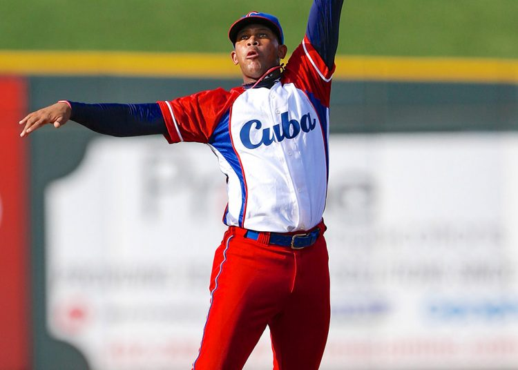 José Miguel Fernández visitó la camiseta de la selección nacional en el III Clásico Mundial y hoy es uno de los mejores bateadores de la Liga coreana. Foto: Tomada de MLB
