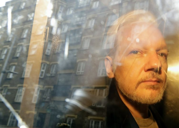 El fundador de WikiLeaks, Julian Assange, es retirado de una corte en Londres. Foto: Matt Dunham, AP, Archivo