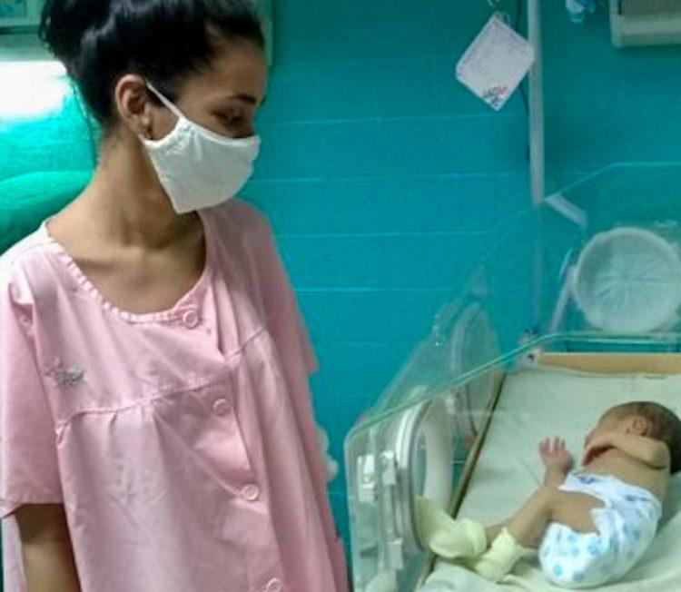 Madre cubana que parió estando enferma de Covid-19 se reencuentra con su hija, dos semanas después. Foto: juventudrebelde.cu