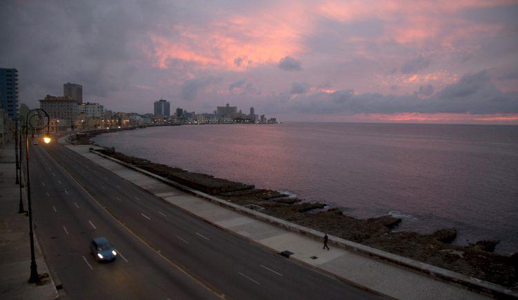 El paseo del Malecón sin personas por el encierro para frenar la propagación del COVID-19 en La Habana. Foto: Ismael Francisco/AP