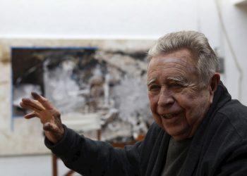 El pintor y escultor mexicano Manuel Felguérez mientras habla en entrevista con Efe, en su taller de Ciudad de México. Felguérez, uno de los autores más reconocidos de la Generación de la Ruptura, falleció a los 91 años, informó este lunes la Secretaría de Cultura. Foto: Alex Cruz/EFE