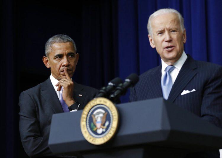 En esta foto del 13 de diciembre de 2016, el presidente Obama escucha mientras Biden habla en la Casa Blanca. Foto: Carolyn Kaster/AP/Archivo.