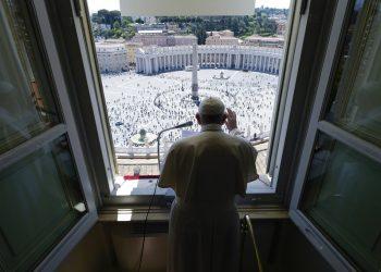 El papa Francisco imparte la bendición desde la ventana de su estudio sobre la Plaza de San Pedro, Ciudad del Vaticano, 31 de mayo de 2020. Foto: Vatican News via AP.
