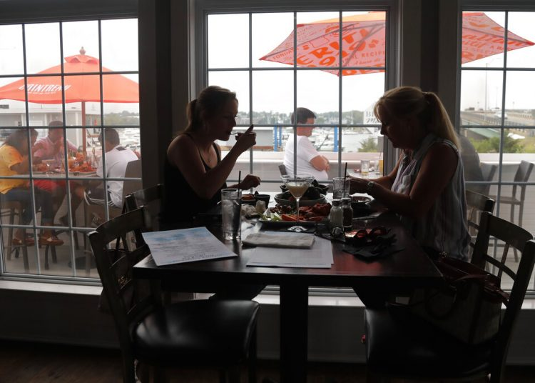 Dos mujeres almuerzan en un restaurante de Massachussets una vez permitido el servicio en interiores. Foto: Elise Amendola/AP.