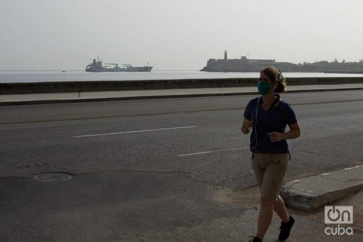 Una mujer trota en La Habana, utilizando nasobuco como medida de protección ante la pandemia de coronavirus. Foto: Otmaro Rodríguez.