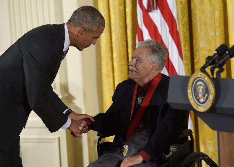 El presidente Barack Obama le da la mano al escritor Rudolfo Anaya tras entregarle la Medalla Nacional de Humanidades 2015. Foto: Susan Walsh/AP.