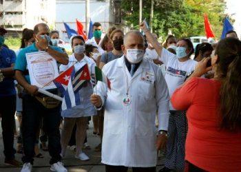 El enfermero Rubén Carballo (al centro), integrante la brigada médica que combatió la COVID-19 en Lombardía, Italia, es recibido en Cienfuegos. Foto: 5 de septiembre.