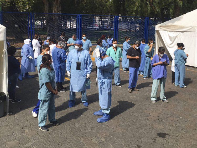 El personal de un hospital en Ciudad de México sale a la calle al sentir un terremoto, el 23 de junio del 2020. Foto: AP/Eduardo Verdugo.