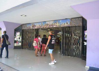 Foto del Centro comercial Carlos III, tomada en el mes de abril, vía: perfil de Facebook Corporación Cimex.SA Oficial