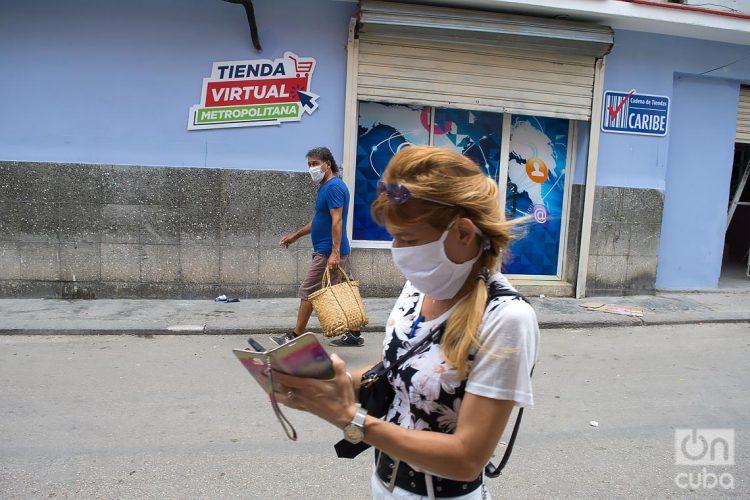 Dos personas caminan usando mascarillas e La Habana, como protección ante la pandemia de coronavirus. Foto: Otmaro Rodríguez.