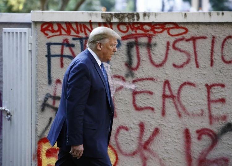 El presidente Trump camina desde la Casa Blanca por el Parque Lafayette hasta la Iglesia Episcopal de Saint John el lunes 1 de junio. Foto: Patrick Semansky/ AP.