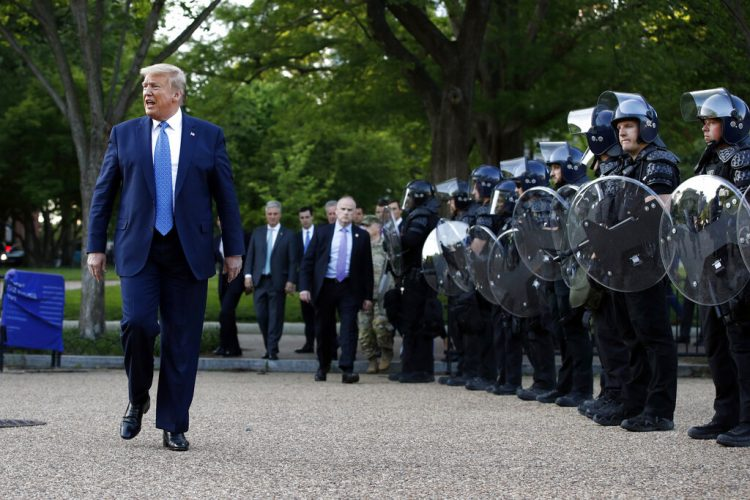 El presidente Donald Trump camina el lunes 1 de junio de 2020 junto a agentes policiales en el parque Lafayette, frente a la Casa Blanca, en Washington. Foto: Patrick Semansky/AP.