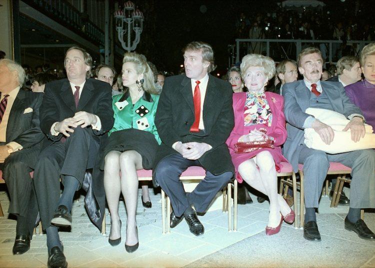 Donald Trump (al centro) en la inauguración de Trump Taj Mahal en Atlantic City en 1990, con su hermano Robert y su esposa Blaine Trump (izquierda), sus padres Mary y Fred y su hermana Maryanne Trump (derecha). Foto: Charles Rex Arbogast/AP.