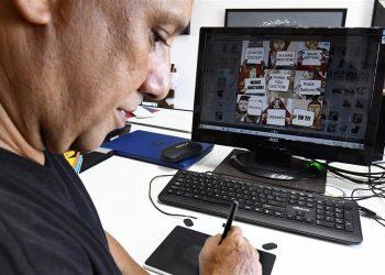 """Arístides Hernández Guerrero, """"Ares"""", muestra su trabajo premiado en el UYACC 2020 Anticoronavirus, con sede en China. Foto: Joaquín Hernández/ Xinhua"""