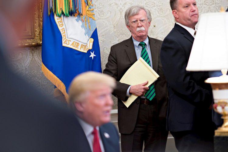 John Bolton, asesor de seguridad nacional, escucha durante al presidente estadounidense Donald J. Trump en la Oficina Oval de la Casa Blanca.Foto: EPA / Andrew Harrer, vía EFE