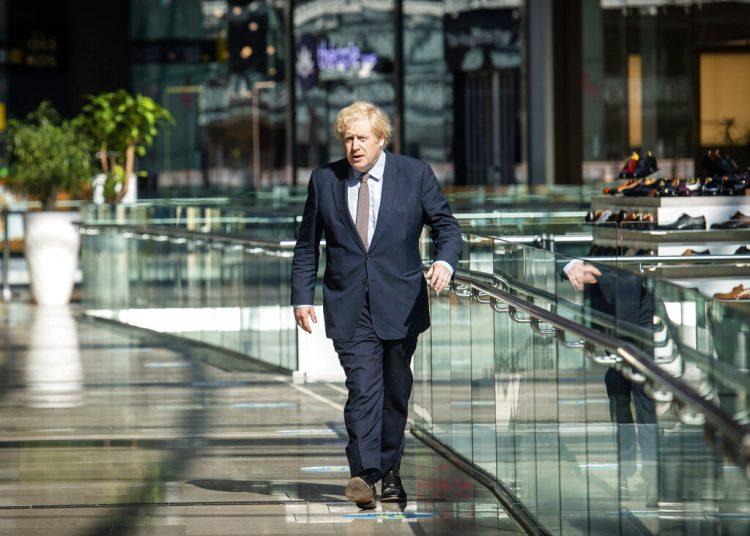 El primer ministro británico Boris Johnson vista una tienda en el centro comercial Westfield Stratford en Londres, el domingo 14 de junio de 2020. Foto: John Nguyen/Pool, via AP