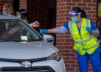 Grupos de personas pasan por un centro móvil de pruebas de COVID-19 en Lilburn, Georgia (EE.UU.), este 26 de junio de 2020. Foto: Erik S. Lesser / EFE.