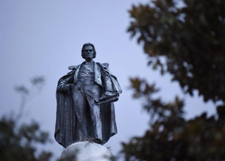 Las autoridades locales decidieron retirar la estatua, dentro de una serie de medidas tras las protestas contra el racismo y la violencia policial. Foto: Meg Kinnard/AP