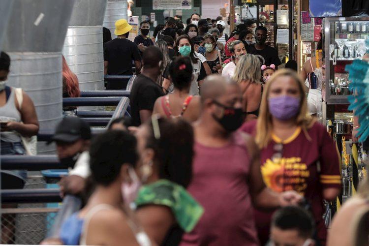 Cientos de personas deambulan este martes por el Mercadao de Madureira, durante la segunda semana de reactivación decretada por el Gobierno local, en el norte de Río de Janeiro (Brasil). Foto: Antonio Lacerda / EFE.