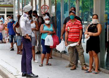 Los nuevos contagios se detectaron en La Habana, se trata de cubanos que habían tenido alguna relación con casos positivos y los tres se encontraban asintomáticos. Foto: Ernesto Mastrascusa/EFE