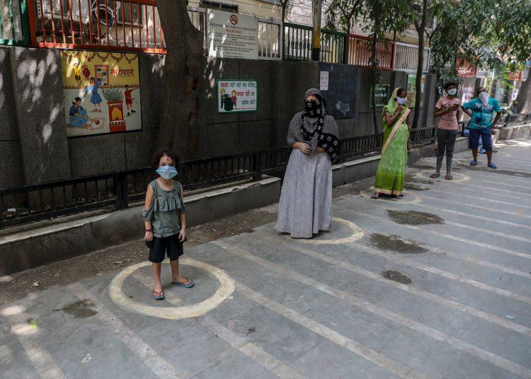 Personas esperan pruebas para detección de la COVOD-19, en Nueva Delhi. Foto:  RAJAT GUPTA/EPA /EFE.