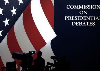 Foto de archivo del 19 de octubre de 2016 del escenario del tercer debate presidencial en la UNLV, en Las Vegas. La comisión apartidista que auspicia los debates dijo este martes 23 de junio que un debate electoral de 2020 previsto para realizarse originalmente en Michigan se realizará ahora en Florida. Foto/Julio Cortez, AP