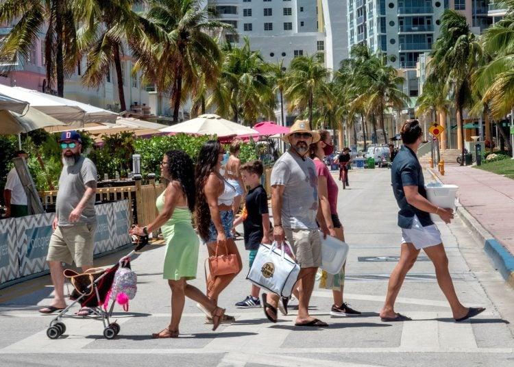 Un grupo de personas camina por Miami Beach este 24 de junio de 2020 sin respetar el uso obligatorio de la máscara de protección. Foto: Cristóbal Herrera/EFE.
