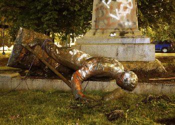 Una estatua del Monumento Richmond Howitzers, en Richmond, Virginia, en el piso tras ser derribada la noche del 16 de junio de 2020, en Virginia. Foto: Alexa Welch Edlund/Richmond Times-Dispatch, via AP