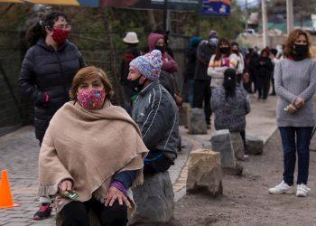 Personas con mascarillas como medida de protección ante el coronavirus SARS-CoV-2, en en Colina, al norte de la región metropolitana de Santiago de Chile. Foto: Alberto Valdés / EFE.