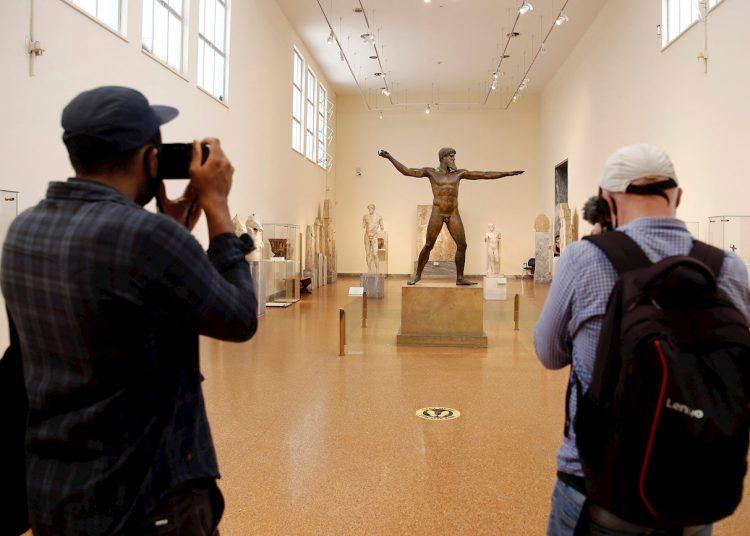 También están reabriendo hoteles, museos y gimnasios, en el último paso en la reapertura gradual de los negocios en Grecia. Visitantes en el Museo Arqueológico Nacional de Atenas. Foto: EPA/ALEXANDROS VLACHOS/EFE