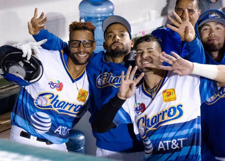 Henry Urrutia (izquierda) y Dariel Álvarez son dos de los cubanos que podrían vestir la camiseta del equipo nacional sin finalmente las autoridades beisboleras admiten la reinserción de peloteros emigrados. Foto: Tomada de Swing Completo.