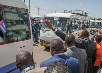 Uhuru Kenyatta, presidente de Kenia, ofrece la bienvenida a los miembros de la Brigada Médica Cubana, en junio de 2018. Foto: Minrex