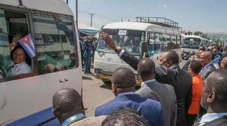 Uhuru Kenyatta, presidente de Kenia, ofrece la bienvenida a los miembros de la brigada médica cubana, en junio de 2018. Foto: Minrex / Archivo.