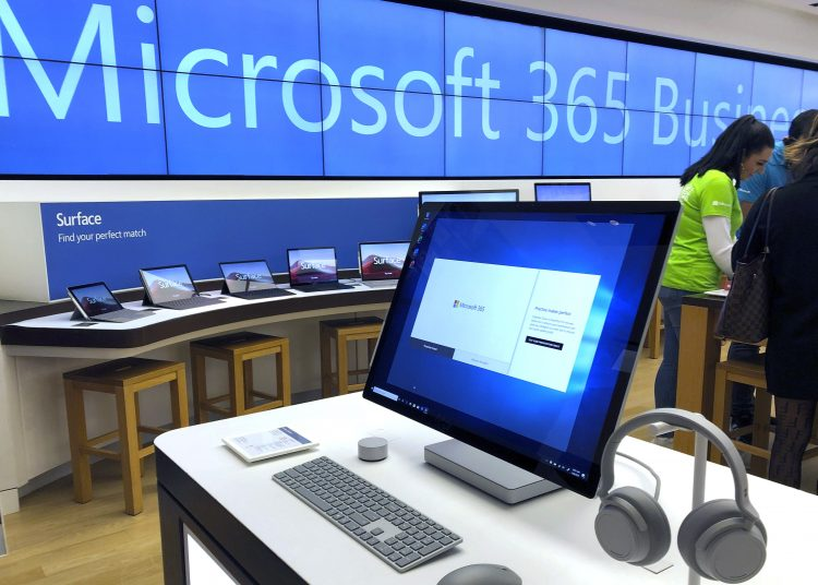 Una computadora Microsoft es mostrada entre varios productos en una tienda de la compañía en un suburbio de Boston. Microsoft va a cerrar casi todas sus tiendas en el mundo, anunció la compañía el viernes, 26 de junio. Foto: Steven Senne/AP