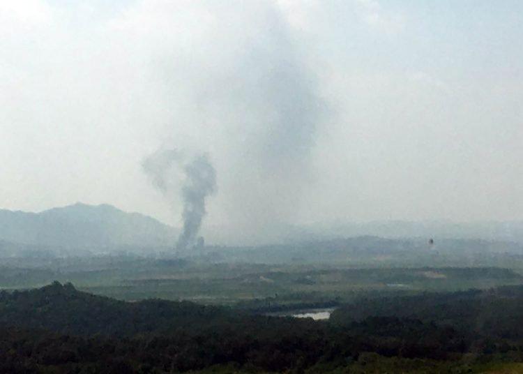 Una columna de humo en la localidad fronteriza norcoreana de Kaesong, vista desde Paju, Corea del Sur, el 16 de junio de 2020. Foto: Yonhap, vía AP
