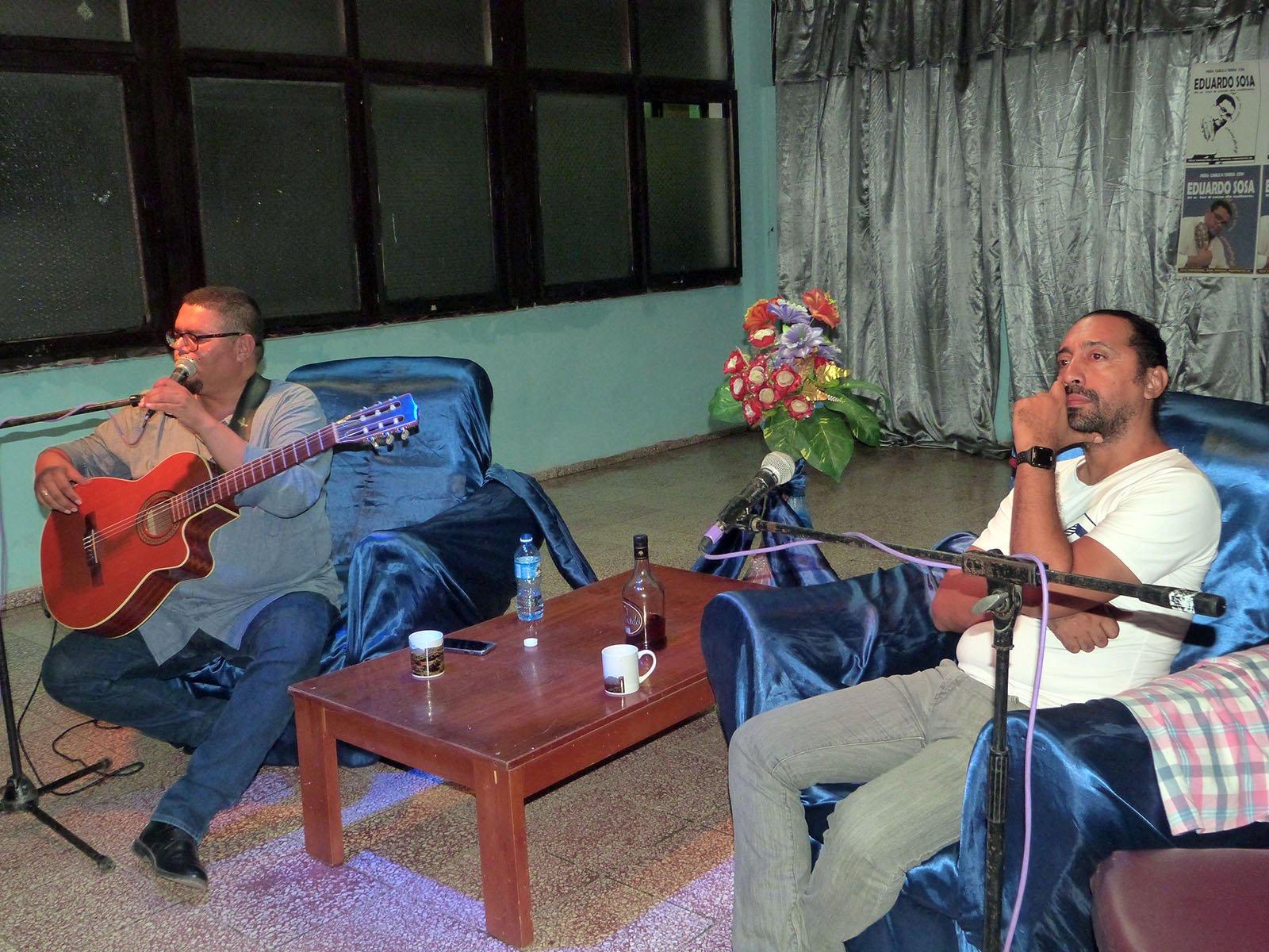 Rogelio Ramos con el cantautor Jorge Kamankola. Foto: Cortesía del entrevistado.