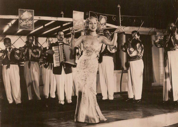La gran vedette cubana Rosita Fornés, fallecida el 10 de junio de 2020, en una actuación en 1947. Foto de Armando Herrera, el fotógrafo de las estrellas de México, tomada de Rosa Fornés Oficial.