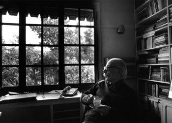 Ernesto Sábato junto a la ventana de su casa, en Santos Lugares. Foto: www.argentina.gob.ar