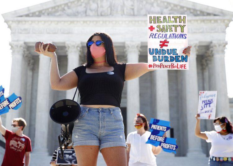 Manifestantes contra el aborto en las afueras de la Corte Suprema el lunes 29 de junio de 2020. Foto: Patrick Semansky/AP.