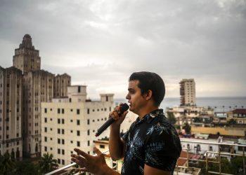 El tenor cubano Andrés Sánchez Joglar serena a sus vecinos desde el balcón de su apartamento en La Habana el domingo 31 de mayo de 2020. Foto: AP/Ramón Espinosa.