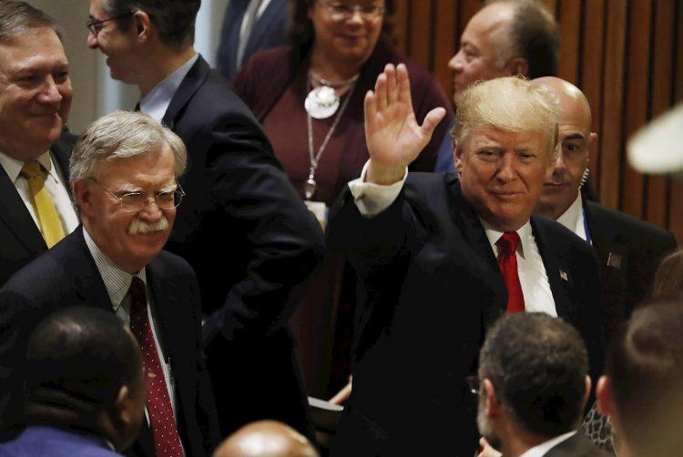 Donald Trump saluda junto al asesor de seguridad nacional de los Estados Unidos John Bolton (izquierda) y el secretario de Estado Mike Pompeo, en la sede de las Naciones Unidas, el 24 de septiembre de 2018. Foto: EPA / JASON SZENES/EFE, archivo