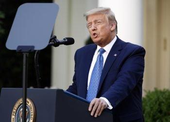 El presidente de Estados Unidos, Donald Trump, habla en el Jardín de Rosas de la Casa Blanca, en Washington. A menos de cinco meses de que los votantes decidan su futuro, Trump afronta una realidad política muy distinta a la que imaginaba. Foto: Patrick Semansky, AP, archivo