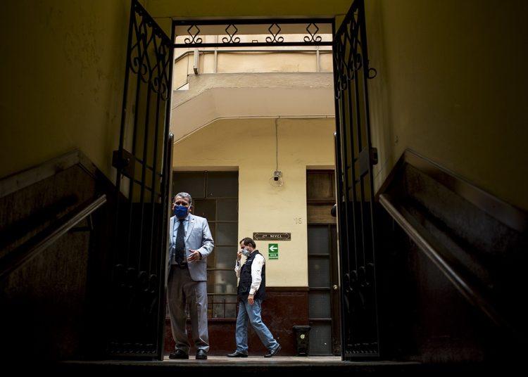 Rodolfo Galdámez, Viceministro de Salud, camina por el pasillo que lleva a las sedes de las bancadas, en el Congreso de Guatemala, el martes 14 de abril. Foto: Simone Dalmasso, tomada de www.plazapublica.com.gt