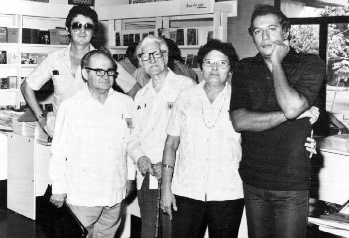 """Luis Rogelio (Wichy) Nogueras, José Juan Arrom, José Z. Tallet, Aida (esposa de Tallet) y Víctor Casaus. Foto: Blog """"Me quedaría con la poesía"""""""