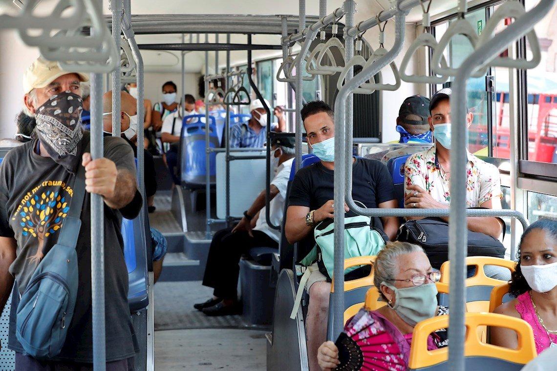 Vista del interior de un ómnibus el 3 de julio de 2020, durante el primer día de reapertura en La Habana desde que comenzó la pandemia, de coronavirus. Foto: Ernesto Mastrascusa / EFE.