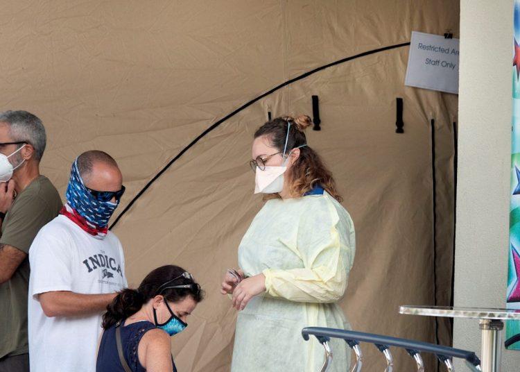 Personas con máscaras esperan para ingresar al Memorial Regional Hospital en Hollywood, Florida. Foto: Cristóbal Herrera/ EFE/EPA.