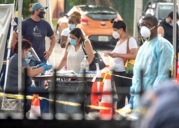 Un grupo de personas hacen cola para el test de COVID-19 por parte de la Guardia Nacional de Florida, en North Miami. Foto: CRISTOBAL HERRERA / EFE.
