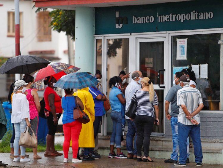 Varias personas hacen fila ante una sucursal habanera del Banco Metropolitano. Foto: Yander Zamora / EFE / Archivo.