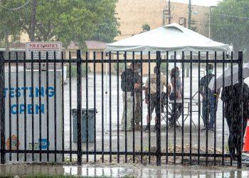 Pese a la abundante lluvia, en Miami siguen las pruebas del coronavirus en lugares públicos al aire libre. Foto: Cristóbal Herrera/ EFE.