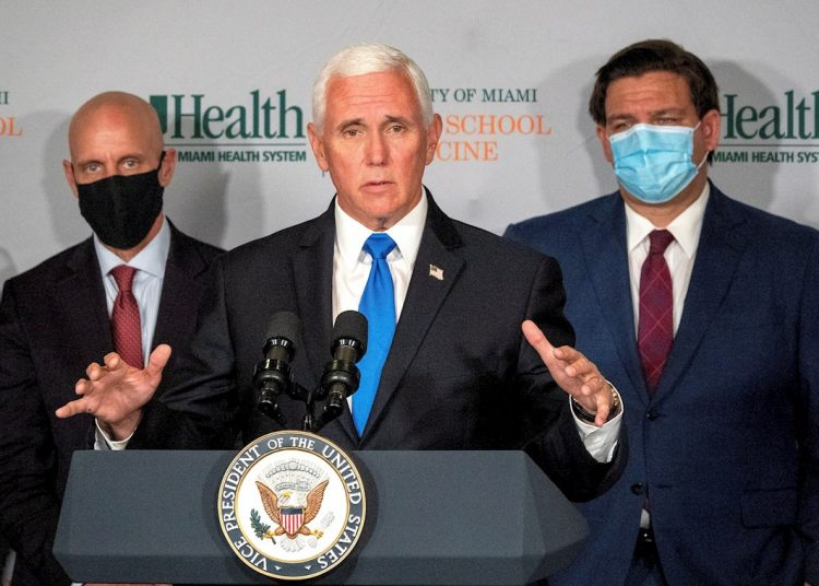 El vicepresidente de Estados Unidos, Mike Pence, habla en conferencia de prensa después de la mesa redonda con líderes universitarios e investigadores sobre el progreso de una vacuna contra el coronavirus, en Uhealth Don Soffer Clinical Research Center en Miami. Foto: CRISTOBAL HERRERA / EFE.